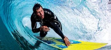 Image d'un surfeur pour montrer les détails nets de la vague